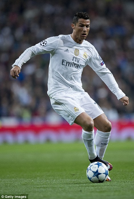2E14C4B800000578-3310775-Cristiano_Ronaldo_runs_with_the_ball_against_PSG-a-148_1447100039122